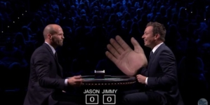 "Jason Statham leva tapão de Jimmy Fallon no programa ""The Tonight Show""!"